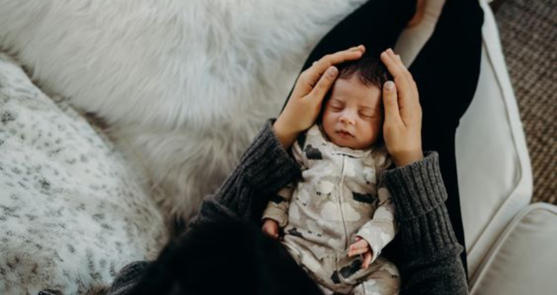 bébé dans les bras de maman pour un moment calme moment-clé :  le congé maternité